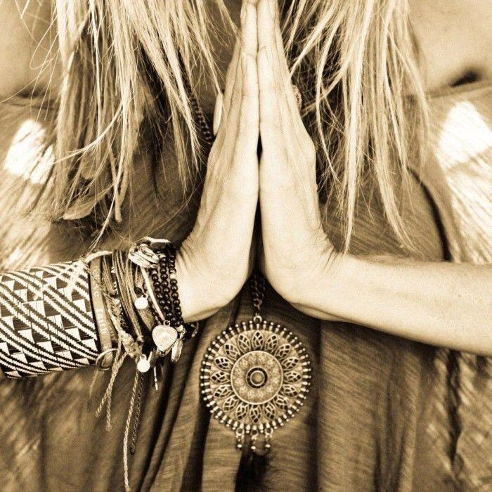a-joga-es-tudatos-es-egeszseges-eletmod-kez-a-kezben-jarnak-ahogy-a-legjobb-tonkolyhej-koleshej-es-rizshej-joga-parnak-es-meditacios-parnak-segitik-a-meditaciot